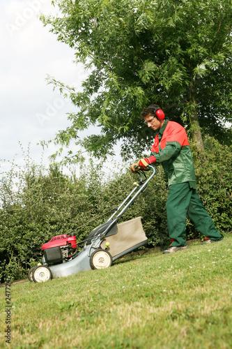 Un jardinier paysagiste tond le gazon avec tondeuse for Tarif jardinier paysagiste