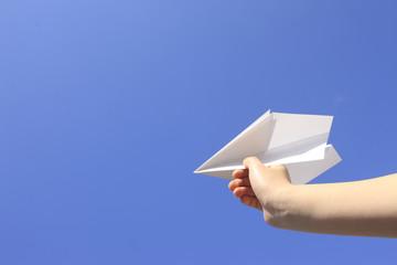 紙飛行機と手