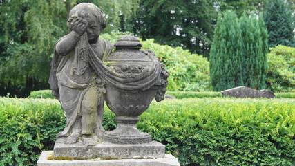 Trauerndes Kind mit Urne (Denkmal)