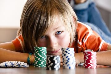 blonder Junge mit Pokerchips