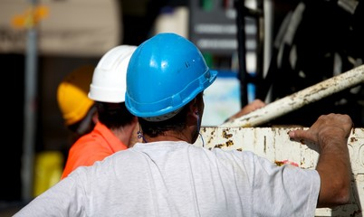 Ouvriers autour d'une bétonnière