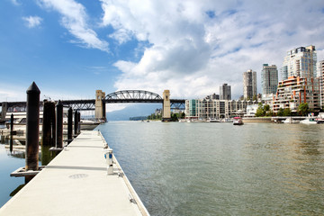 Burrard Bridge am False Creek in Vancouver, Kanada