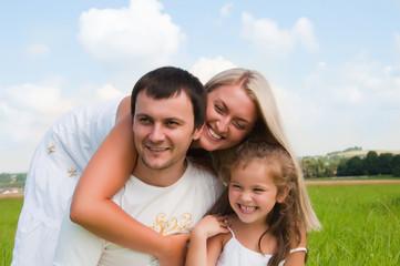 Fototapeta szczęśliwa rodzina w parku obraz
