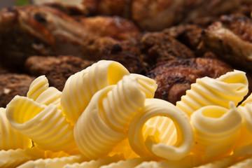 Butterlocken und Grillfleisch