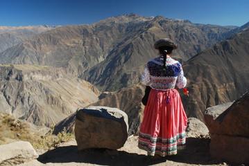 Indienne devant le canyon de Colca, Pérou