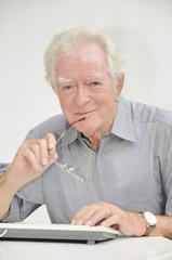 Älterer Herr mit Computer