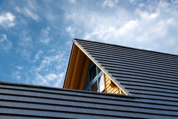Obraz Hausspitze eines modernen Holzhauses - fototapety do salonu