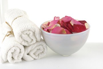 Poster de jardin Spa Bowl of Roses petals and towel in a spa