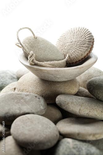 pierre ponce naturelle sur fond de galets zen photo libre de droits sur la banque d 39 images. Black Bedroom Furniture Sets. Home Design Ideas