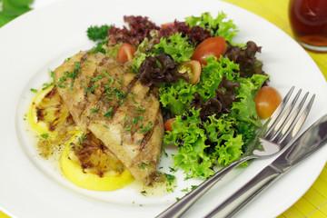 Welsfilet mit Schalottenbutter und Salat