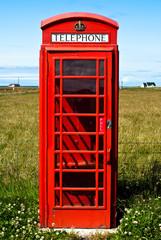 rote Telefonzelle einsam in der Landschaft V5