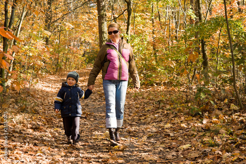 Секс мама сын гуляют по лесу