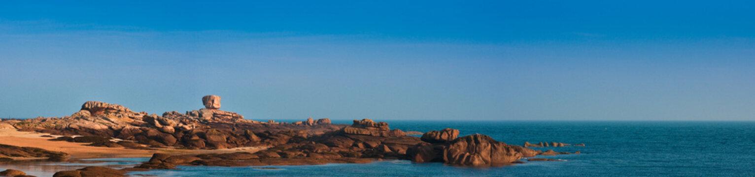 le dé à Trégastel - Vue de l' Ile Renote - ciel bleu le matin