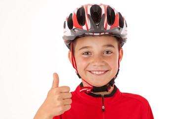 Junger Radfahrer mit Helm