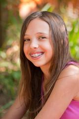 jeune adolescente qui porte un appareil dentaire