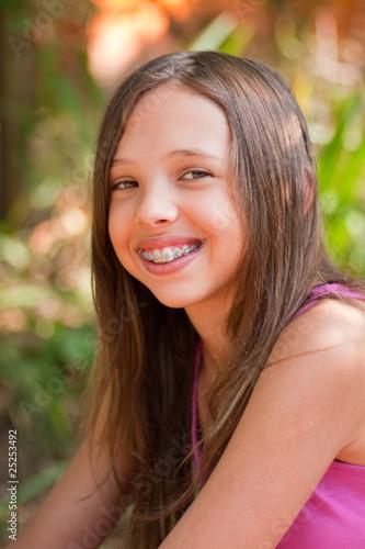 quotjeune adolescente qui porte un appareil dentairequot photo