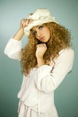 blondynka w kapeluszu