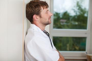 müder arzt im krankenhaus