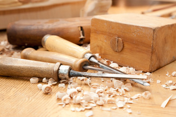 Schnitzer Werkzeug eines Handwerkers auf einer Holzbank