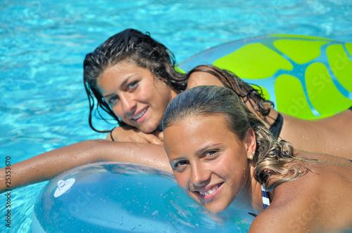 Jeunes filles la piscine photo libre de droits sur la for Nue a la piscine