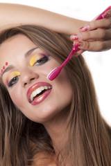 stupenda ragazza con sorriso e spazzolino