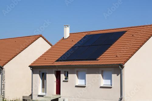 panneau solaire sur toit de maison photo libre de droits sur la banque d 39 images. Black Bedroom Furniture Sets. Home Design Ideas
