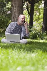 homme d'affaires internet ordinateur dans la verdure