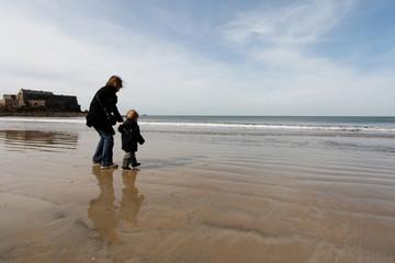 maman enfant à la plage