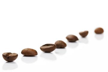 diagonale reihe mit kaffeebohnen