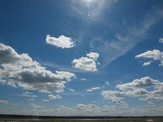 blauer himmel am flughafen