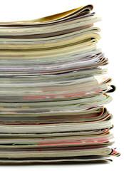 empilement de magazines, revues, fond blanc