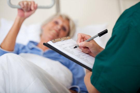 krankenschwester notiert patientendaten