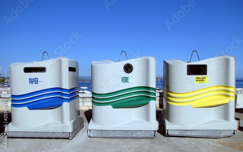 conteneurs poubelles tri s lectif photo libre de droits sur la banque d 39 images. Black Bedroom Furniture Sets. Home Design Ideas
