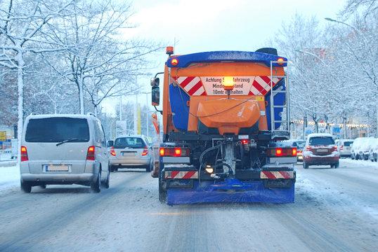 Winter - Streufahrzeug in Stadtverkehr