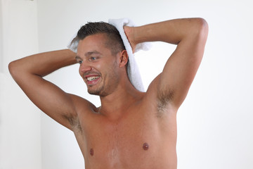 mann trocknet seine haare mit einem handtuch