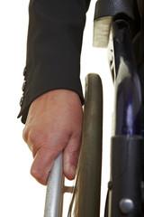 Hand fährt einen Rollstuhl