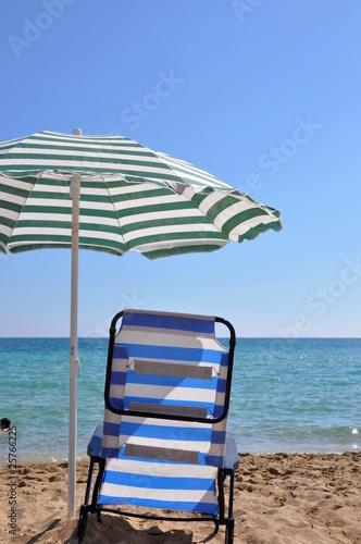 liegestuhl und sonnenschirm am strand stockfotos und lizenzfreie bilder auf bild. Black Bedroom Furniture Sets. Home Design Ideas