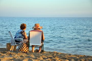 Ältere Damen am Strand
