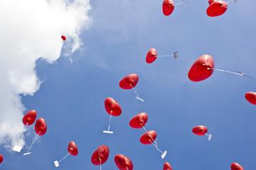 luftballons fliegen gen himmel