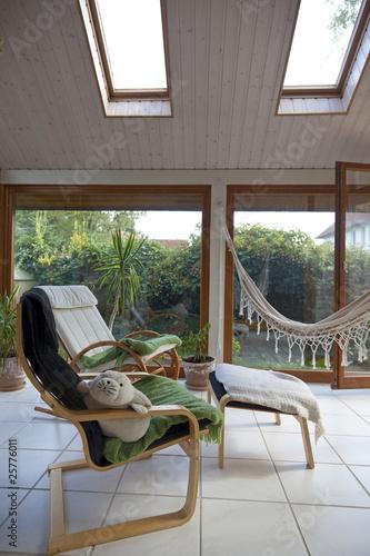 moderner wintergarten mit schaukelstuhl und h ngematte stockfotos und lizenzfreie bilder auf. Black Bedroom Furniture Sets. Home Design Ideas