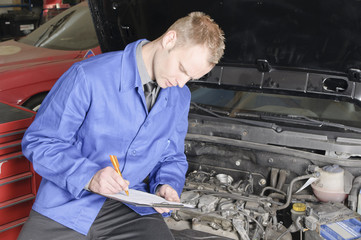 kFZ-Meister beim Check eines PKW