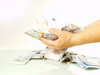 Hände halten Geld