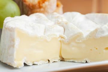 Camembert und Trauben