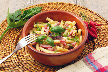 pasta con prosciutto,panna e verdure