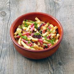 pasta con prosciutto, panna e verdure