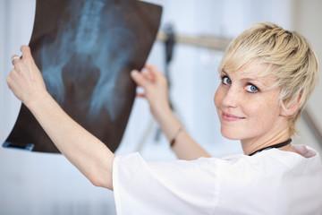 junge ärtzin mit röntgenbild