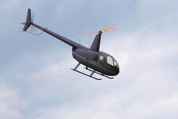 Hubschrauber mit drehendem Rotor im Flug