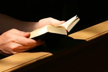 Kirchenbesucher mit Gotteslob