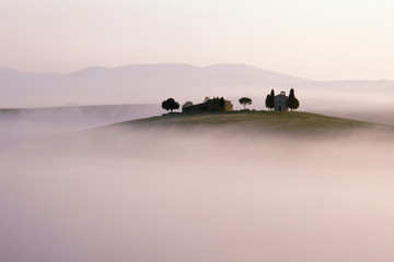 Hügellandschaft der Toskana im Morgennebel