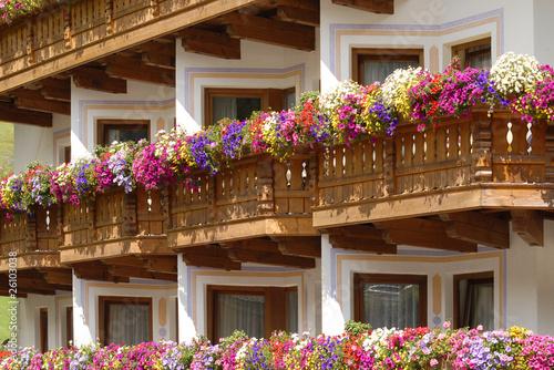Prospetto con balconi in legno immagini e fotografie for Gerani tirolesi